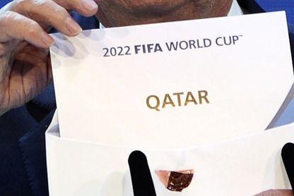 Le président de la FIFA, Joseph Blatter, ouvre l'enveloppe pour révéler que le Qatar accueillera la Coupe du Monde 2022 au siège de la FIFA à Zurich le 2 décembre 2010.