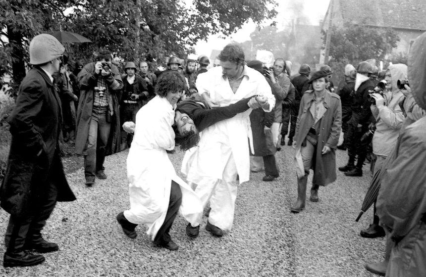 Un manifestant est transporté par des infirmiers le 31 juillet 1977 à la suite de heurts violents entre la police et les opposants à la construction de la centrale nucléaire Superphénix à Creys-Malville