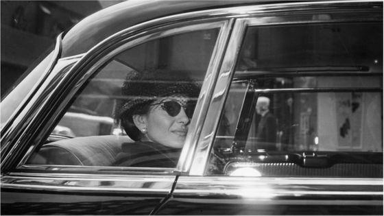 Photographiée ici en 1959 à Hambourg, Callas joue le rôle de sa vie sur scène - identification d'une femme au destin de grandes héroïnes tragiques...