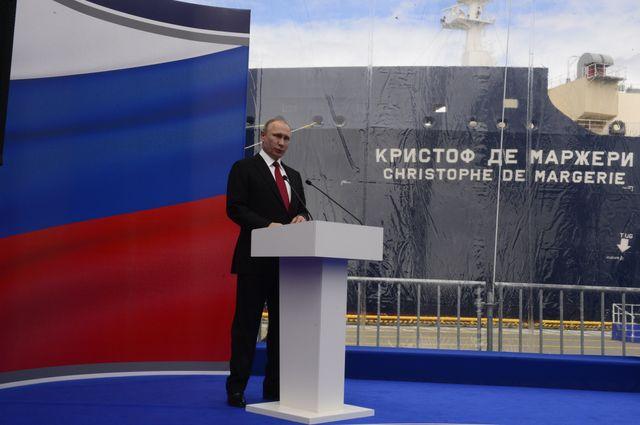 """Vladimir Poutine était présent au baptême d'un méthanier brise-glace géant baptisé """"Christophe de Margerie""""."""