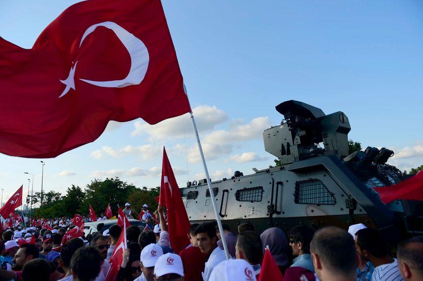 """Le 15 juillet 2017 à Istanbul sur le pont des martyrs lors de la commémoration du coup d'état manqué. Les autorités turques ont fait du 15 juillet un jour férié pour célébrer """"la démocratie et l'unité"""""""