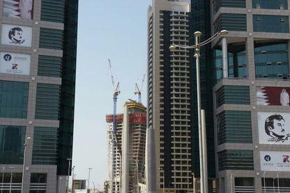 Centre financier et ministériel de Doha avec des portraits de l' Emir Tamim accroché aux tours.