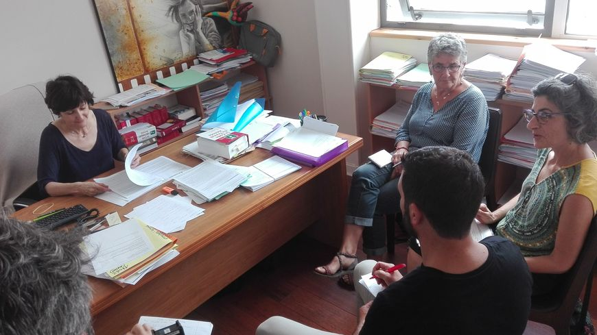 """Des membres de l'association """"Etxarri kolektiboa"""" avec leur avocate Anne-Marie Mendiboure"""
