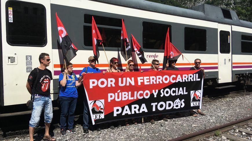 Des manifestants espagnols à la gare de Canfranc, en Aragon, ce dimanche