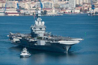 Le porte-avions Charles de Gaulle, fleuron de la marine nationale française, quitte le port de Toulon.