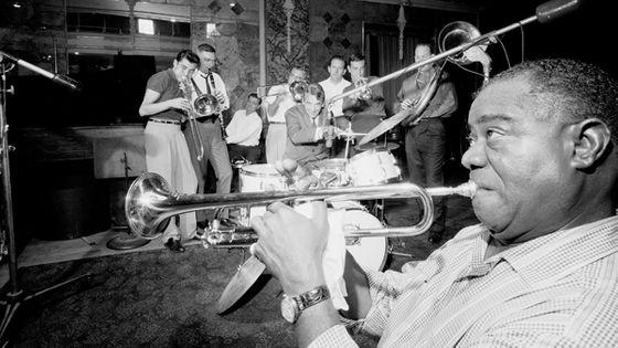 Le trompettiste Louis Armstrong en studio d'enregistrement avec les Dukes of Dixieland, au début des années 1960.