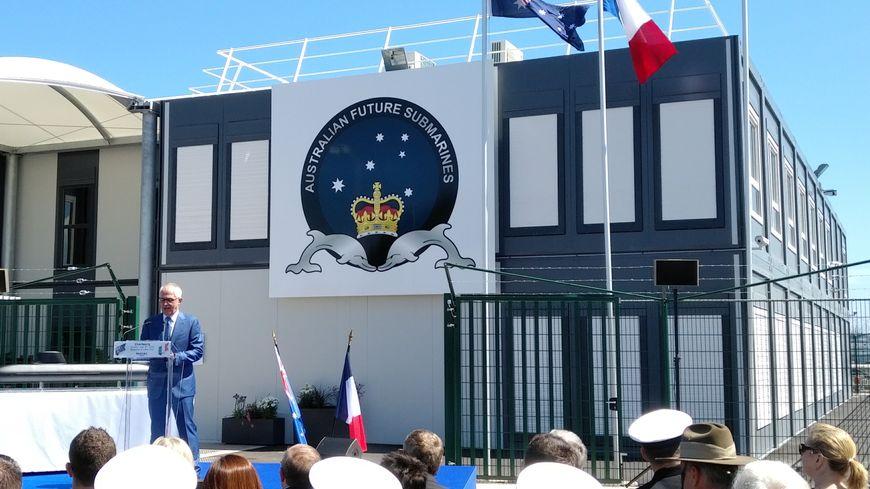 Le Premier ministre australien Malcolm Turnbull devant le bâtiment qu'occuperont les ingénieurs australiens