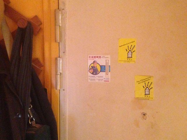 Sur sa porte d'entrée, Jacques Gary affiche les autocollants de la DAL.