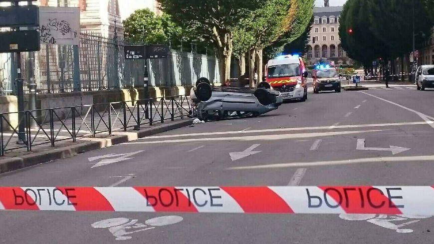 Ce serait un contrôle de police qui aurait mal tourné. Le conducteur est décédé.