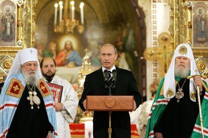 Vladimir Poutine prononce un discours sur la signature de l'accord de réunification de l'église orthodoxe en la cathédrale du Christ-Sauveur à Moscou en 2007.