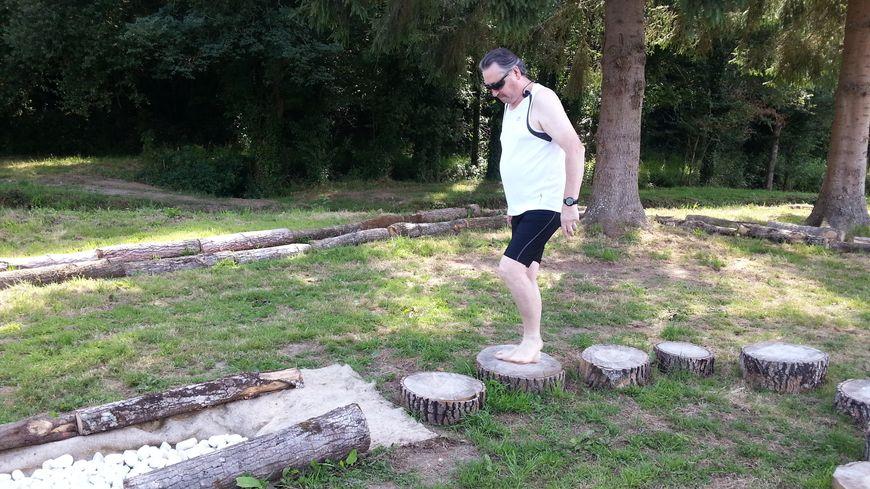 Jacky est l'un des premiers utilisateurs du sentier pieds nus.