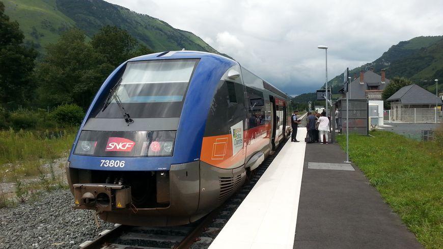 L'arrivée du train en gare de Bedous