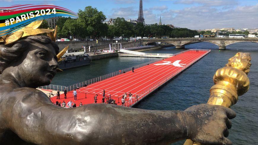 La spectaculaire piste d'athlétisme installée entre le pont Alexandre III et le Pont des Invalides.