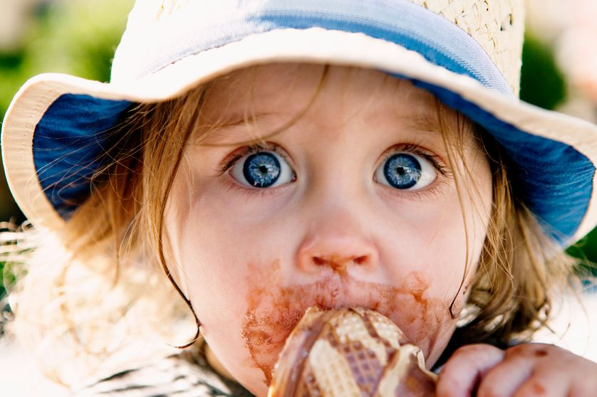 Petite fille mangeant une glace.