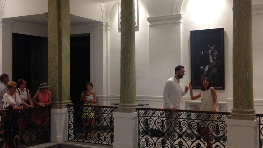 Les deux acteurs (à droite en blanc) jouent dans l'hôtel Bézard de Nimes pour le faire découvrir aux spectateurs