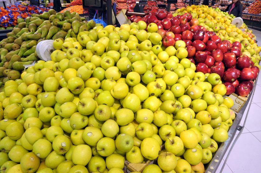 Pommes et poires dans un hypermarché E.Leclerc
