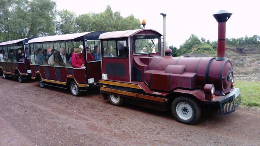 Incontournable, le petit train transporte chaque été des milliers de visiteurs autour du volcan de Lemptégy