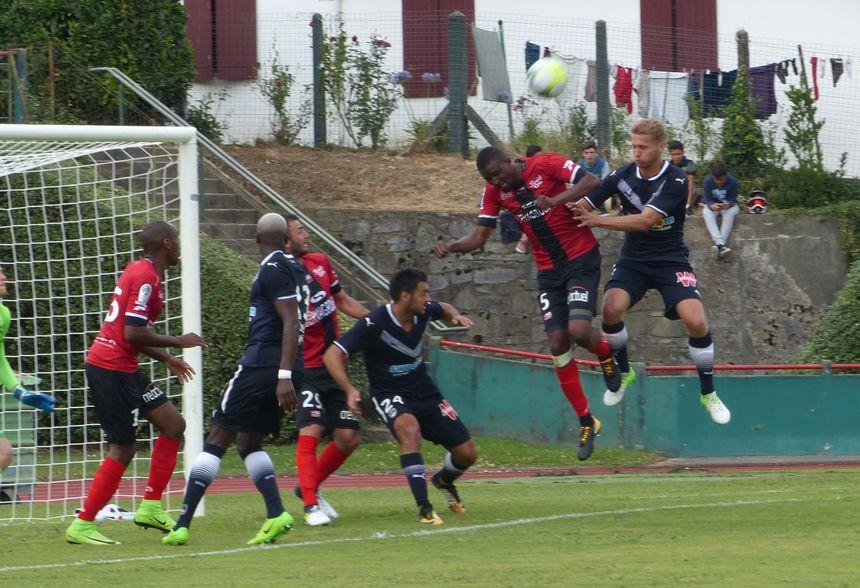 De la tête, Mustapha Diallo dégage devant Igor Lewczuk.