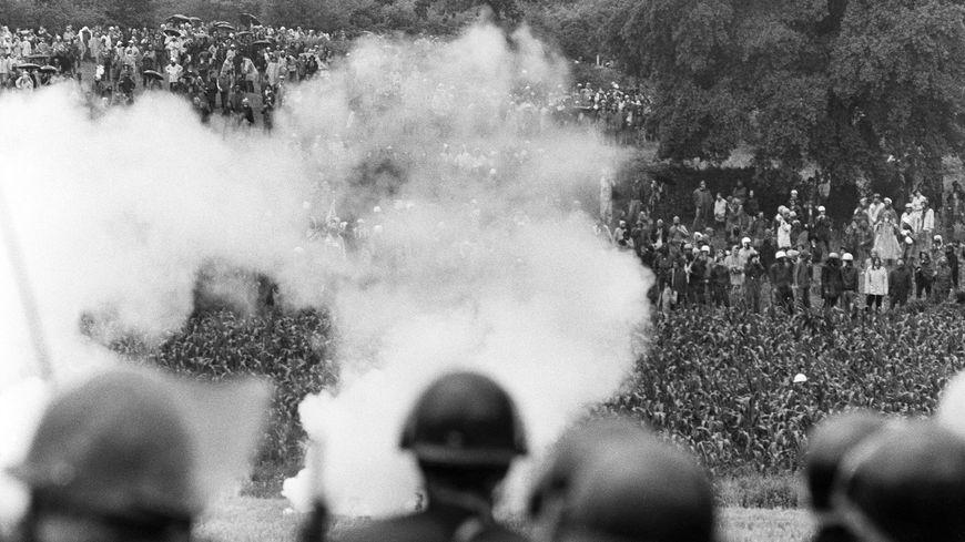 Des manifestants anti-nucléaire sont rassemblés le 31 juillet 1977 à Creys-Malville, pour manifester contre la création de la centrale nucléaire Superphénix