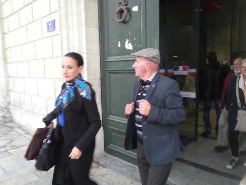 Me Loréa Chipi avec Claude Ducos à la sortie du palais de justice de Pau