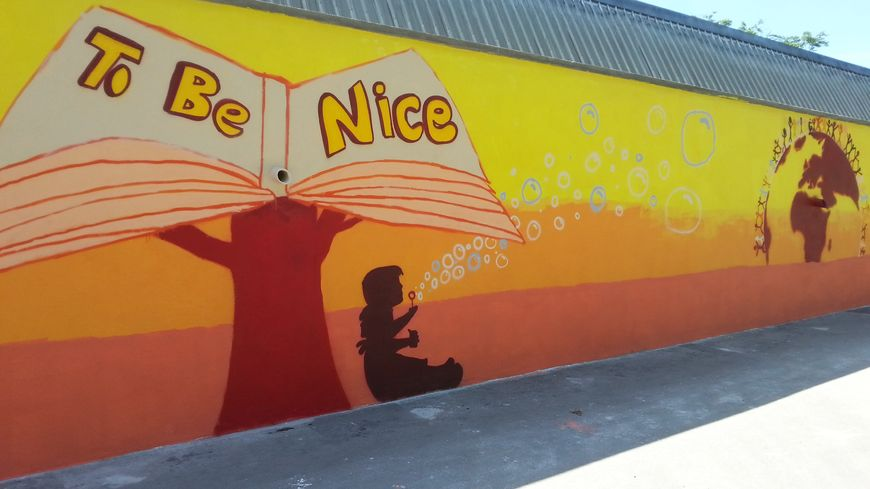 La fresque sur la tolérance peinte sur le mur du gymnase d'Herserange.