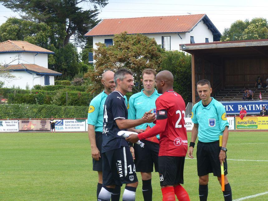 Poignée de main complice entre les deux capitaines Jérémy Toulalan et Jimmy Briand.