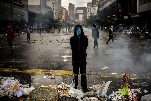 Un protestant masqué dans les rues de Caracas, 18 juillet 2017