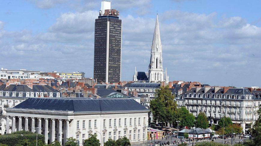 La Tour Bretagne est haute de 32 étages.