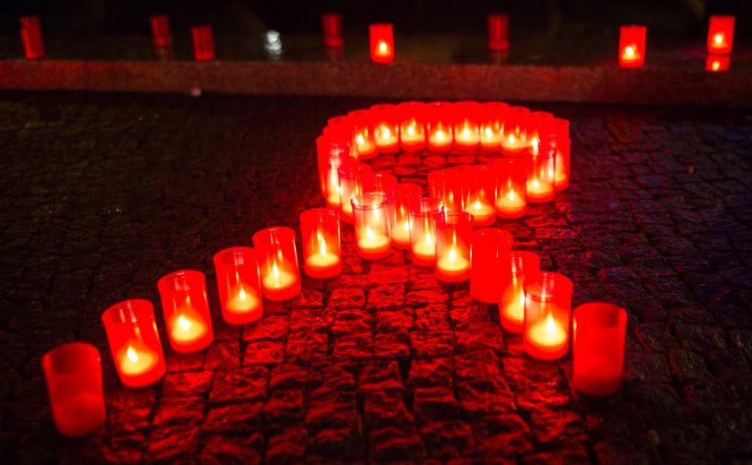 Bougies en forme de ruban rouge à Berlin, le 30 novembre 2013 pendant la journée internationale du sida.