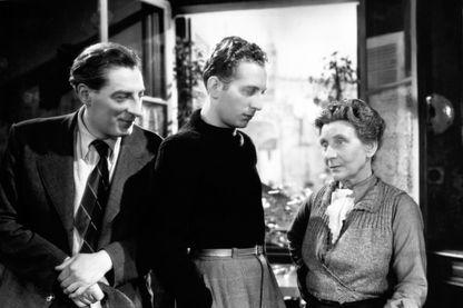 """Jean Tissier, Charles Trenet et Sylvie sur le plateau de """"La romance de Paris"""" réalisé par Jean Boyer - 1941"""