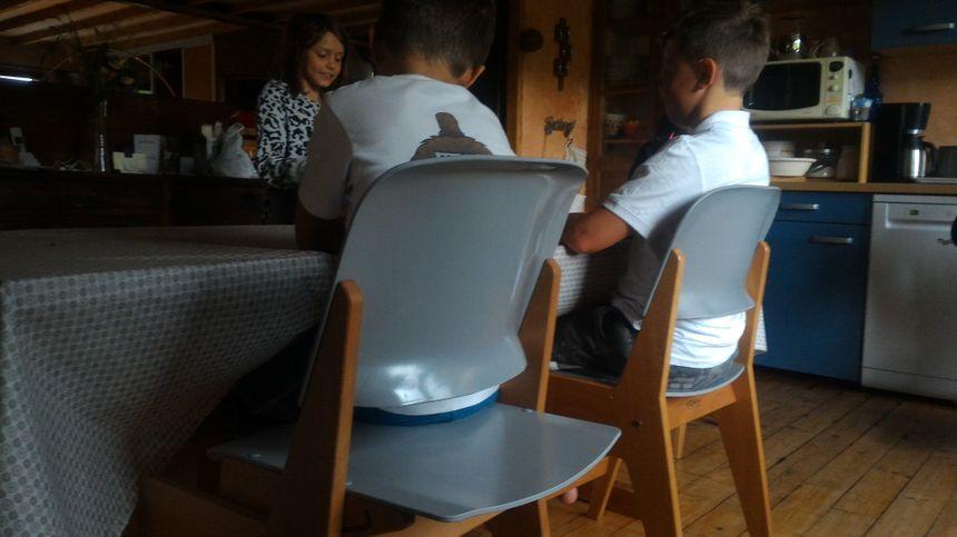 Deux assises différentes pour les petits-enfants, ce n'est pas une raison pour poser les coudes sur la table !