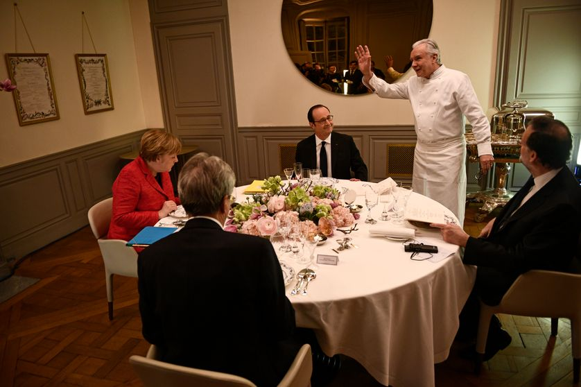 Italian premier Paolo Gentiloni, German Chancellor Angela Merkel, French President Francois Hollande and Spanish Prime Minister Mariano Rajoy prepare to have a dinner prepared by French chef Alain Ducasse, March 6, 2017 in Versailles.