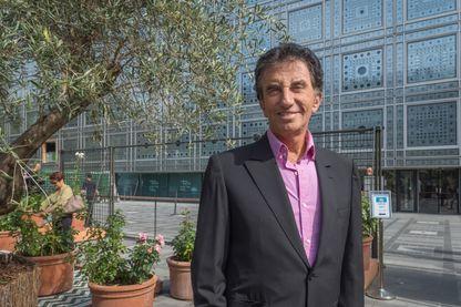 Jack Lang devant l'Institut du monde arabe à Paris