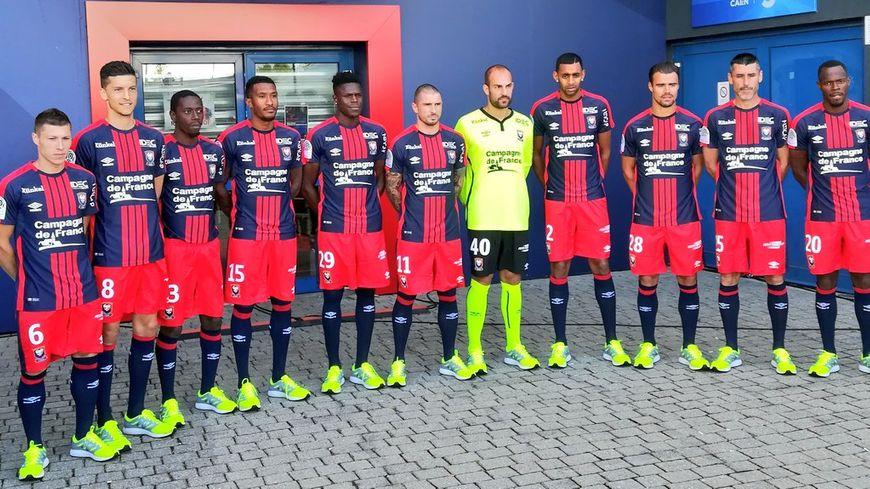 Une partie de l'équipe du Stade Malherbe Caen avec le nouveau maillot.