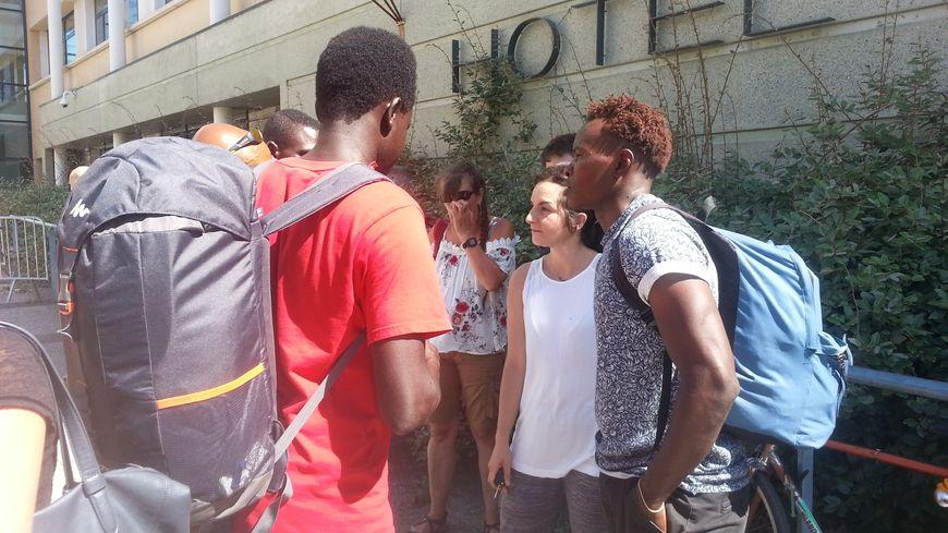 Une vingtaine de militants soutiennent chaque jour ces demandeurs d'asile devant le commissariat de Montpellier