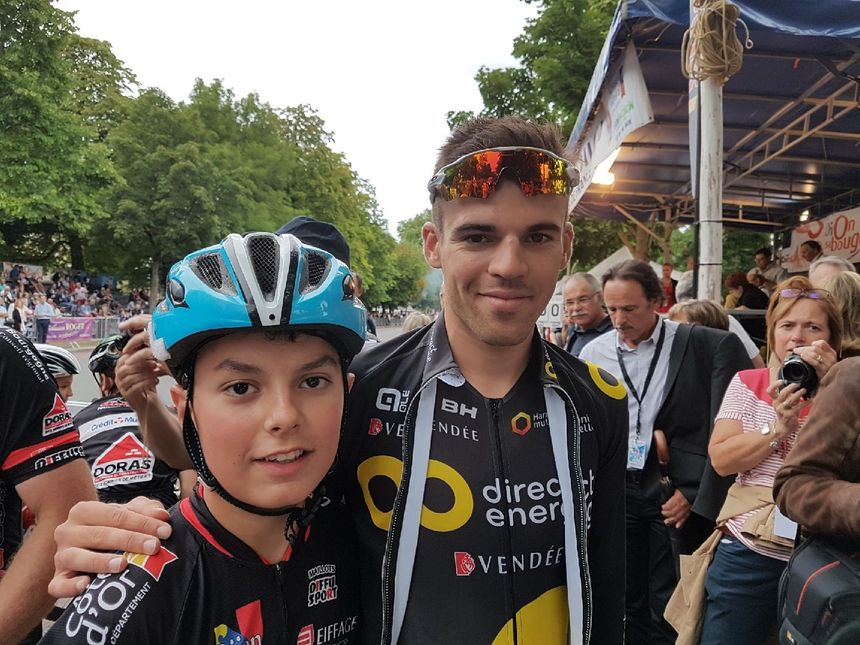 Lilian Calmejane aux côtés de Hugo Lapostolle, jeune cycliste du SCO Dijon originaire de Sennecey-les-Dijon
