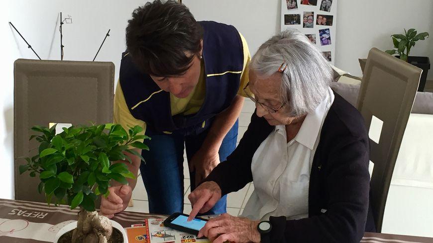 """En Mayenne, la factrice Nelly Laurent (à gauche) """"veille"""" sur Annie Chenu-Combe, 87 ans (à droite)"""