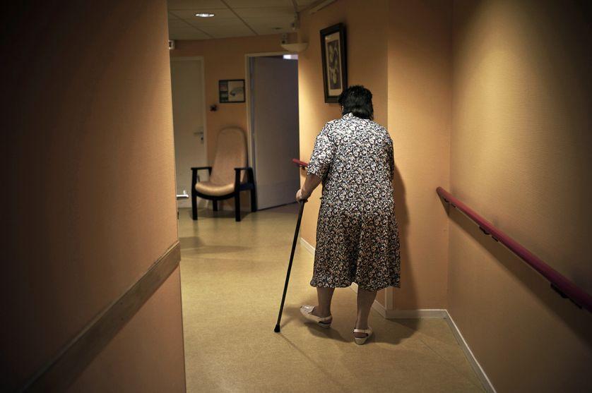 Une personne âgée se déplace dans un couloir du domicile collectif, le 06 Juillet 2011 au sein du village générations de St Apollinaire.