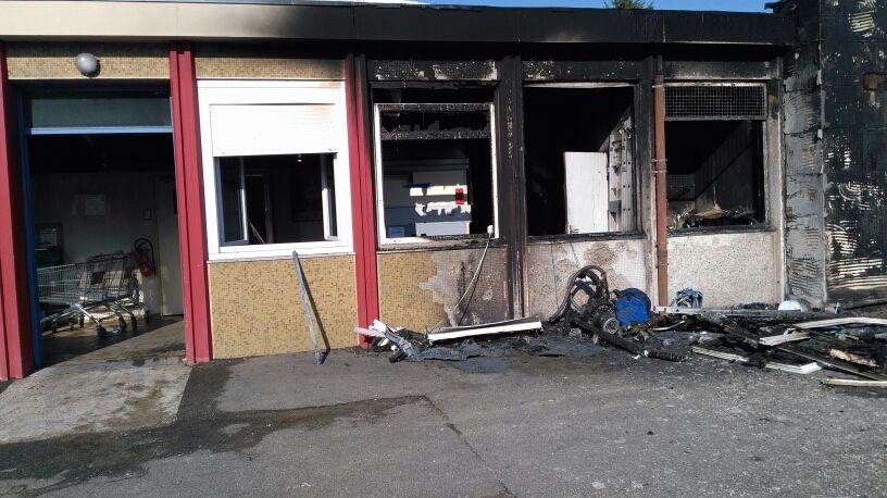 Une grande partie du local est complètement détruite par les flammes