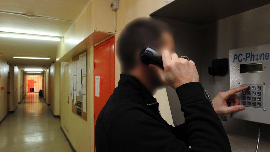 Des cabines téléphoniques payantes existent dans les prisons, mais les portables sont interdits.