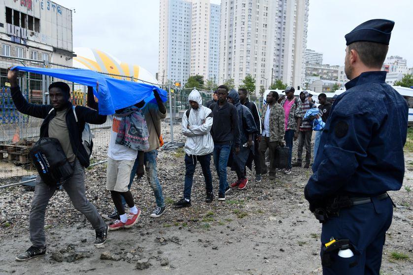 Evacuation du camp de migrants de Porte de la Chapelle dans le Nord de Paris, 18 août 2017