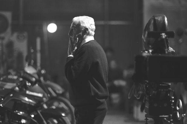 """Le réalisateur Claude Sautet pendant le tournage de """"Quelques jours avec moi"""" (1998)"""