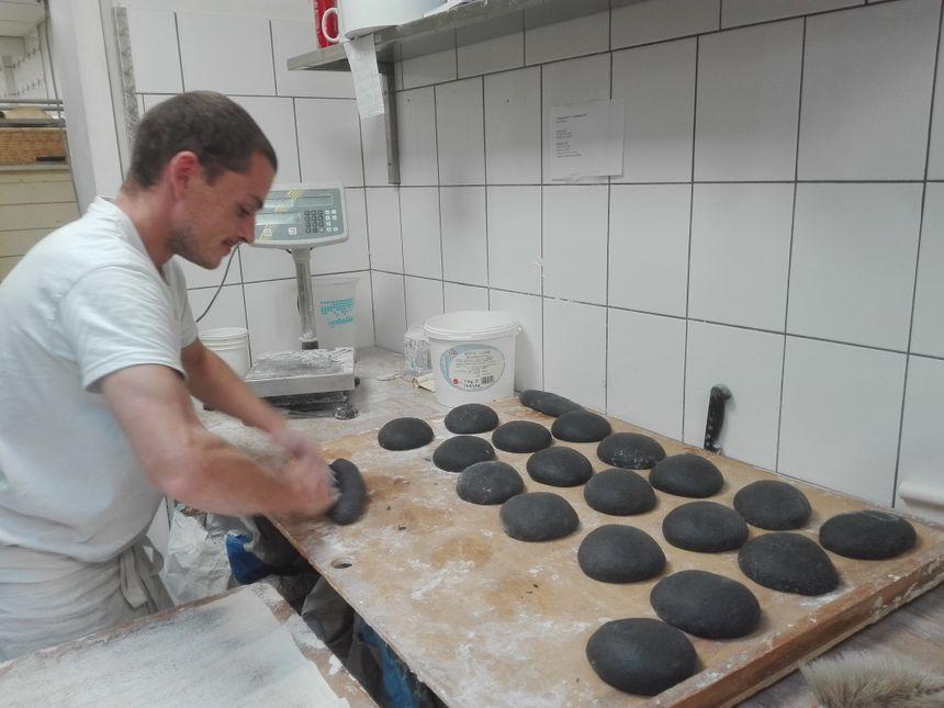 Yohann, le boulanger, prépare la fournée du jour