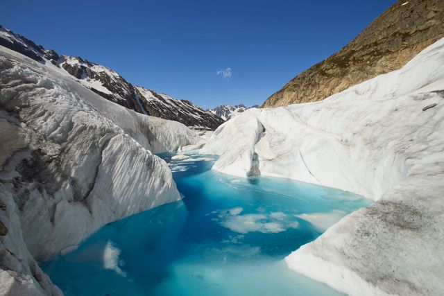 L'eau coulant au milieu de la mer de glace des Alpes