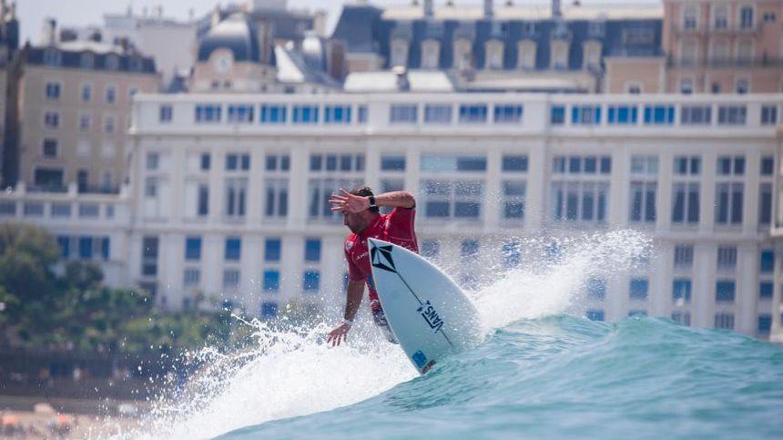 Joan Duru impérial sur les vagues de la Grande Plage lors des mondiaux de surf 2017 à Biarritz