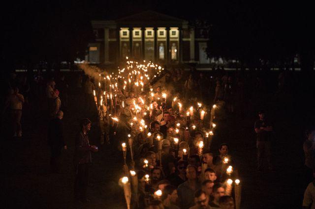 11/08/2017. Plusieurs centaines de nationalistes blancs et de suprématistes blancs défilent avec des torches le long du campus de l'Université de Virginie.