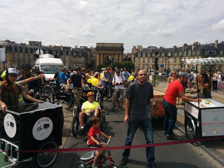 Le président de l'association Vélo-Cité s'apprête à couper le ruban qui symbolise la fermeture du pont aux voitures