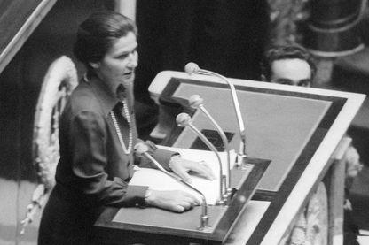 Le 26 novembre 1974, Simone Veil, ministre de la santé de Valéry Giscard D'Estaing, parle à la tribune de l'Assemblée nationale