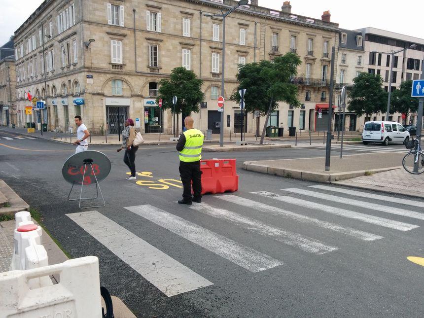 Les agents de Bordeaux Métropole veillent à l'entrée du Pont de pierre