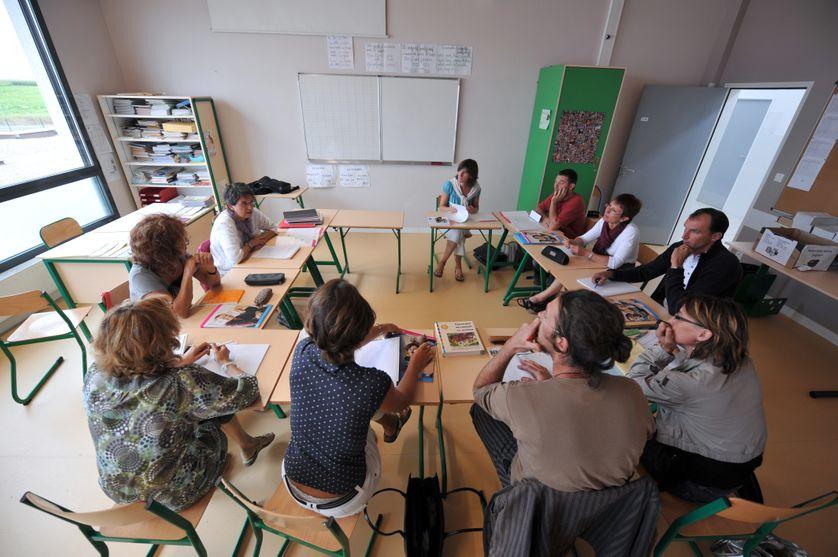 des professeurs rassemblés dans un Collège d'Ifs